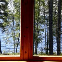Die sonnige Zeit im Mökki setzt sich am Mittag fort:   Genießen Sie den Seeblick während des Essens in Ihrem Sonnenerker zum See.. Enjoy lakeside while dining.