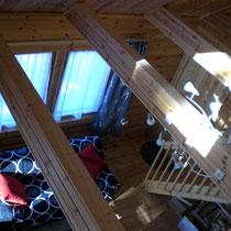 Blick von der Galerie in das Wohnzimmer im Winter.