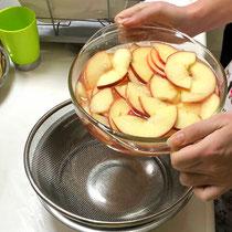 ①  温めたりんご