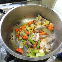色々な野菜と鯛を炒める