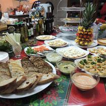 EuroLingualクリスマスパーティー2013 前菜①  クリスマススペシャルブルスケッタ&カナッペと世界のチーズ