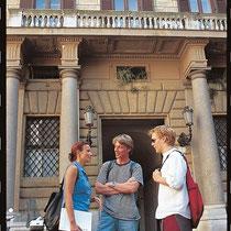 Roma-Studenti davanti alla Scuola