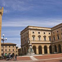 Recanati-Piazza Giacomo Leopardi e Torre Civica (del Passero Solitario) copia