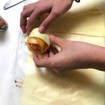 りんごをパイ生地に巻く
