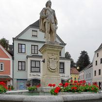 Brunnen mit Denkmal des Graf Leonhard Helfried v. Meggau - Foto ©MW