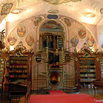 Die Bibliothek besitzt 415  bis ins 9. Jh. zurückreichende Handschriften und noch viele andere Kostbarkeiten