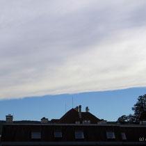 Wolkenbank, wie mit einem Lineal gezogen...