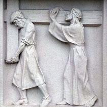 5. Station - Simon von Cyrene hilft Jesus das schwere Kreuz tragen