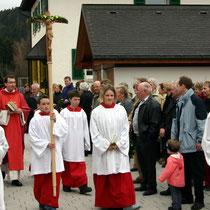 Bild 1 - Ankunft des Pfarrers mit Ministranten