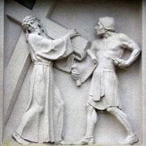 2. Station - Jesus nimmt das schwere Kreuz auf sich
