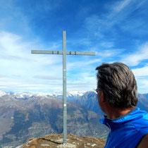Gipfelkreuz vor Berner Alpen