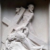 9. Station - Jesus dritter Fall unter dem Kreuz