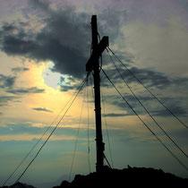 Gipfelkreuz im Abendlicht