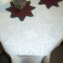 Weiße Ajour-Weihnachtsdecke auf Fein-Ariosa