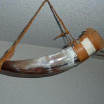 Geissenleder gekauft,Horn gekauft, selber zu Hause genietet