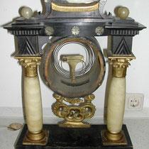 Biedermeier-Portaluhr mit Alabaster-Säulen VOR der Restauration