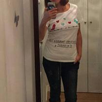 """Cintia con camiseta """"Caminar por el Alambre"""" desde Málaga"""