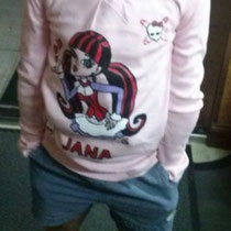 Jana con su camiseta de las Monster High personalizada