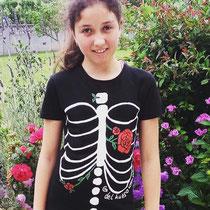 """Elena con camiseta """"del hueso una flor"""""""