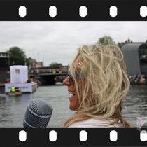 075 Amsterdam Canal Pride 2019 v.a de NH Radio Pride boot 26