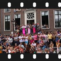 114 Amsterdam Canal Pride 2019 v.a de NH Radio Pride boot 26