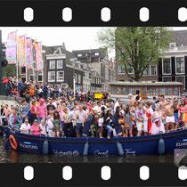 128 Amsterdam Canal Pride 2019 v.a de NH Radio Pride boot 26