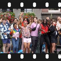 165 Amsterdam Canal Pride 2019 v.a de NH Radio Pride boot 26