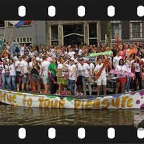 214 Amsterdam Canal Pride 2019 v.a de NH Radio Pride boot 26
