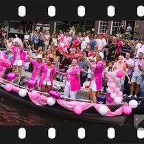 115 Amsterdam Canal Pride 2019 v.a de NH Radio Pride boot 26