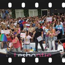 248 Amsterdam Canal Pride 2019 v.a de NH Radio Pride boot 26