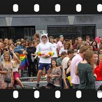 194 Amsterdam Canal Pride 2019 v.a de NH Radio Pride boot 26