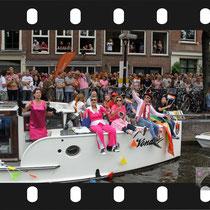117 Amsterdam Canal Pride 2019 v.a de NH Radio Pride boot 26