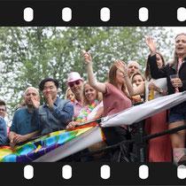 158 Amsterdam Canal Pride 2019 v.a de NH Radio Pride boot 26