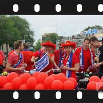 070 Amsterdam Canal Pride 2019 v.a de NH Radio Pride boot 26