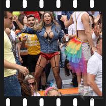 183 Amsterdam Canal Pride 2019 v.a de NH Radio Pride boot 26