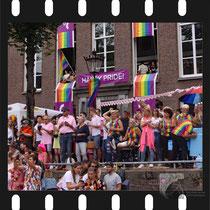 112 Amsterdam Canal Pride 2019 v.a de NH Radio Pride boot 26