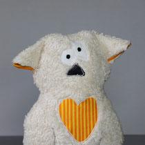 Wanda Wombat Kuscheltier aus weißem Plüsch und orangem Stoff Vorderansicht