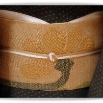 深いグリーンの夏大島に、紙布に刺繍で菊を描いた名古屋帯です。秋の初めに…。