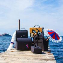 LE VALIGE DI NAPOLEONE realizzate nel corso del laboratorio, fotografate sul molo Anselmi dell'Isola d'Elba
