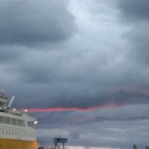 giallo SARDINIA FERRIES incombe sulla striscia del mare, ma presto il tramonto vendicherà l'offesa...