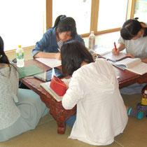 陽だまりハウスで勉強に勤しむ学生