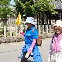 神社の前を笑顔で闊歩