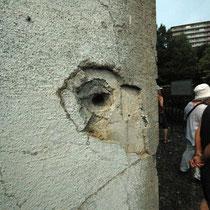 猛暑の中、弾痕の大きさに鳥肌が立った。