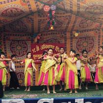 Links tanzt Parbatis Zwillingsschwester Sita, rechts von ihr Prakriti.