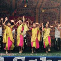 Die Drittklässlerinnen sehen sehr elegant aus. Unsere Parbati tanzt als Zweite von rechts.