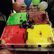 Die Torte ist wirklich toll hergerichtet und schmeckt wirklich ganz fantastisch, wenngleich sie auch sehr mächtig ist.