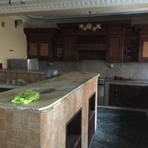 Die Küche – mit Backofen und Induktionsherd, beides ebenfalls unverschämter Luxus hierzulande.