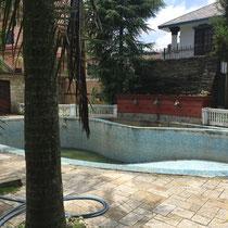 Der stillgelegte Swimming Pool – überhaupt so etwas zu haben ist für fast alle Nepalesen ein unvorstellbarer Luxus.