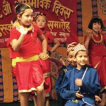 In nahezu jeder Gruppe ist eines unserer Kids dabei. Hier tanzen unter anderem Manisch (kniet vorne) und Birshana (hinten rechts) mit.