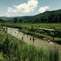 In der Nähe befindet sich ein Fluss, wo viele bei der sengenden Hitze ins kühle Nass springen …
